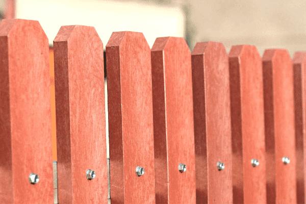 Vörös műanyag kerítésléc